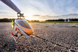 RC Hubschrauber dreht sich nur im Kreis und um die eigene Achse